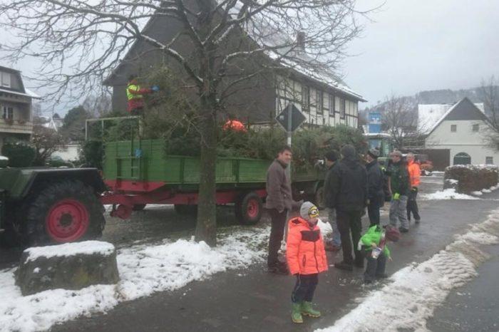 Heimatverein Endorf sammelt Weihnachtsbäume ein