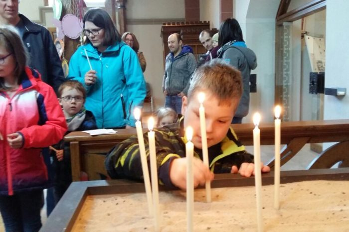 Kinder erkunden die Endorfer Kirche