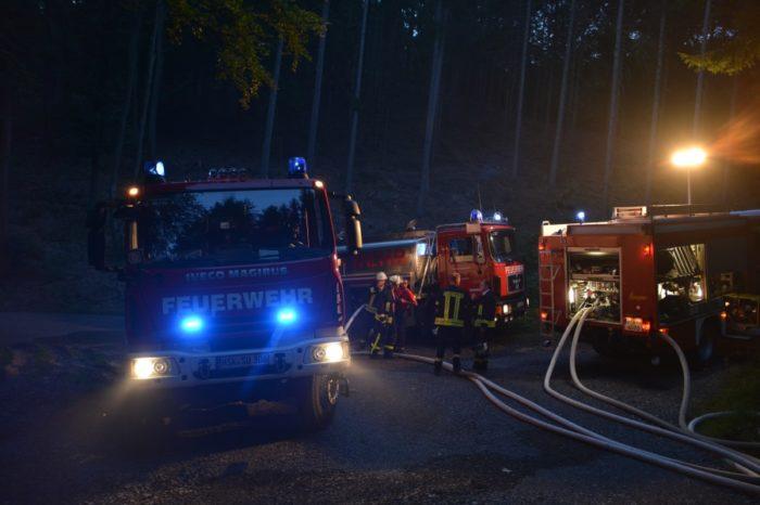 Endorfer Tanklöschfahrzeug bei Waldbrand in Sundern-Hagen