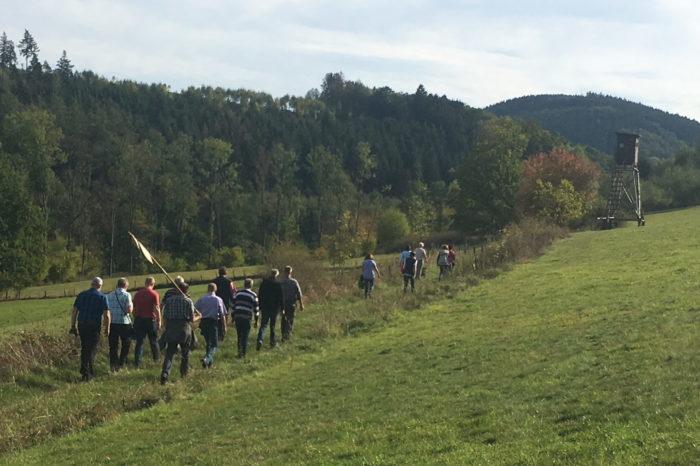 Schnadegänger kontrollieren Grenze zur Gemarkung Stockum