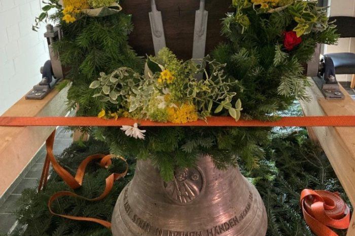 Glocke aus der Eifel zieht in die Friedhofskapelle ein